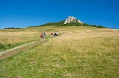 Trekking dei viaggiatori al picco basso del picco bianco in montagna delle dolomia, Tirolo del sud, Italia Immagine Stock