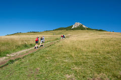Trekking dei viaggiatori al picco basso del picco bianco in montagna delle dolomia, Tirolo del sud, Italia Fotografie Stock Libere da Diritti