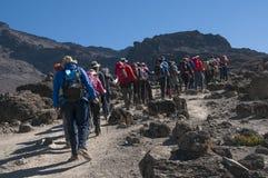 Trekking del gruppo sull'itinerario Kilimanjaro di Machame Immagini Stock