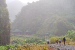 Trekking del lago crater di Pinatubo della montagna Fotografia Stock