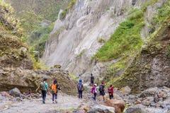 Trekking del lago crater di Pinatubo della montagna Immagine Stock Libera da Diritti