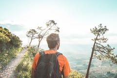 Trekking dell'uomo nelle montagne Fotografie Stock Libere da Diritti