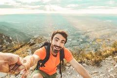Trekking dell'uomo nelle montagne Immagini Stock Libere da Diritti