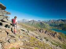 Trekking della donna nel paesaggio della montagna rocciosa di elevata altitudine Avventure di estate sulle alpi francesi italiane Immagini Stock