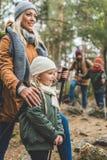 Trekking della famiglia insieme fotografie stock libere da diritti