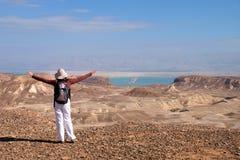 Trekking della montagna nel deserto della Giudea Fotografie Stock Libere da Diritti