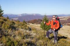 Trekking della viandante nelle montagne Sport e vita attiva Immagine Stock Libera da Diritti
