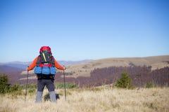 Trekking della viandante nelle montagne Sport e vita attiva Fotografia Stock
