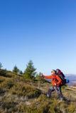 Trekking della viandante nelle montagne Sport e vita attiva Immagini Stock