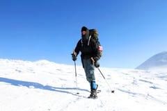 Trekking della viandante nelle montagne Sport e vita attiva Immagini Stock Libere da Diritti