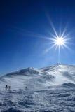 Trekking della viandante nelle montagne Sport e vita attiva Immagine Stock