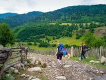 Trekking delle giovani donne in Svaneti Immagine Stock