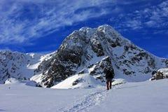 Trekking dello scalatore attraverso neve Fotografia Stock