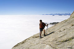 Trekking in den Alpen lizenzfreie stockfotografie