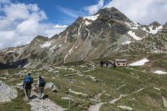 Trekking in den Alpen lizenzfreie stockbilder