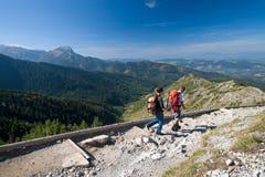 Trekking in den Bergen Lizenzfreie Stockfotos