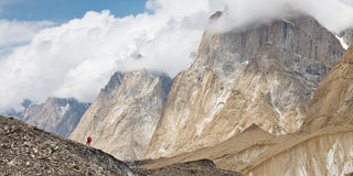 Trekking in den Karakorum Bergen lizenzfreies stockbild