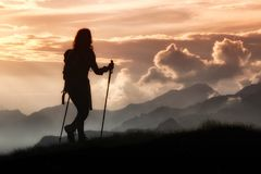 Trekking in der Einsamkeit unter den Bergen Schattenbild eines Mädchens stockfoto