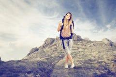 Trekking der jungen Frau stockbild