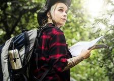 Trekking der jungen Frau in einem tropischen Wald lizenzfreies stockfoto