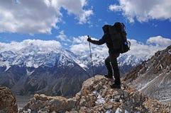 Trekking der jungen Frau im Berg stockbild