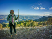 Trekking di viaggio della donna sull'alta montagna per il Li di vacanza della gente Fotografia Stock Libera da Diritti