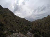 Trekking die Berge in Capilla Del Monte, CÃ-³ rdoba, Argentinien am See Los Alazanes Lizenzfreies Stockfoto