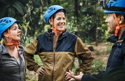 Trekking divers d'amis dans la forêt ensemble Photo stock