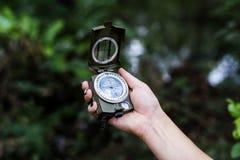 Trekking in einem Wald mit Kompass lizenzfreie stockfotografie