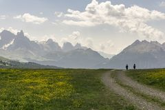 Trekking in einer schönen Sommergebirgslandschaft dolomites ital stockbilder