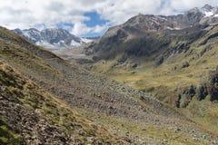 Trekking em férias de verão dos cumes foto de stock