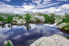 Trekking em fiordes noruegueses (Lysefjord) Imagem de Stock Royalty Free