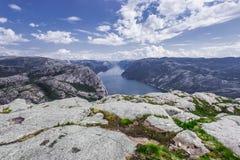 Trekking em fiordes noruegueses - vista sobre Lysefjord de um penhasco Fotografia de Stock Royalty Free