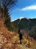 Trekking em montanhas foto de stock royalty free
