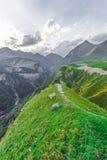 Trekking em montanhas de Cáucaso (Geórgia) Fotografia de Stock Royalty Free