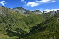 Trekking em Val Ferret Region - os cumes suíços imagens de stock