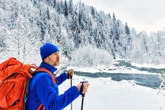 Trekking en hiver avec un sac à dos le long de la rivière dans le canyon Photo libre de droits