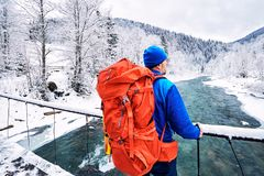 Trekking en hiver avec un sac à dos le long de la rivière dans le canyon Photos stock