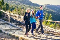 Trekking en montagnes photo stock