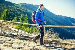 Trekking en montagnes photographie stock libre de droits