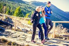 Trekking en montagnes images libres de droits