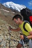 Trekking en montagnes d'alpes Photo stock