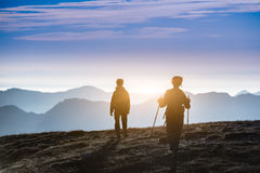 Trekking en silhouette Photos stock