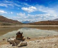 Trekking fotvandra startar på bergsjön i Himalayas Arkivfoto