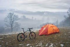 Trekking fra la primavera e l'inverno Fotografia Stock