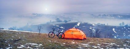 Trekking fra la primavera e l'inverno Fotografia Stock Libera da Diritti