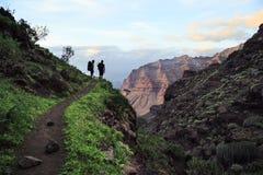 Trekking gai de couples sur mamie Canaria, Îles Canaries, Espagne images libres de droits