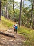 Trekking/guide de montagne avec le portier Image libre de droits