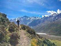 Trekking in Himalayagebergte nepal stock foto