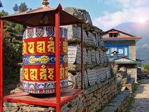 Trekking in Himalayagebergte - rotatiegebeden in Nepalese dorpen stock afbeelding